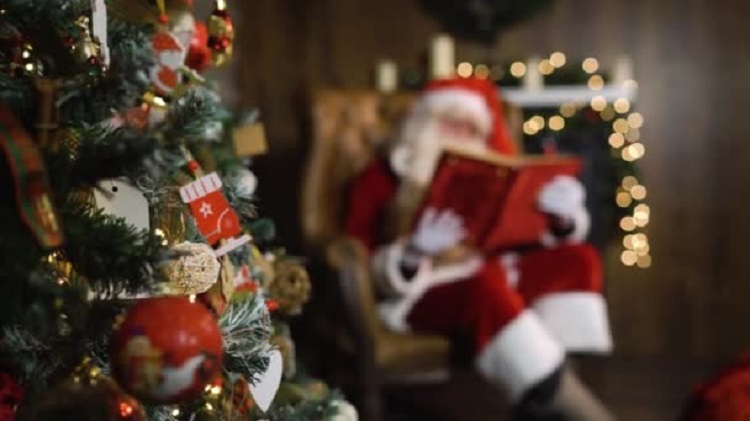 depositphotos_166349742-stock-video-blurred-santa-claus-hold-old